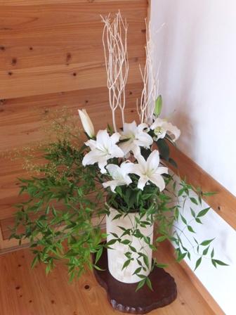 玄関を彩る花々