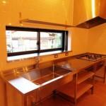 白い壁にステンレスのオーダーキッチン