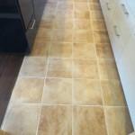 レンガ色のタイル床